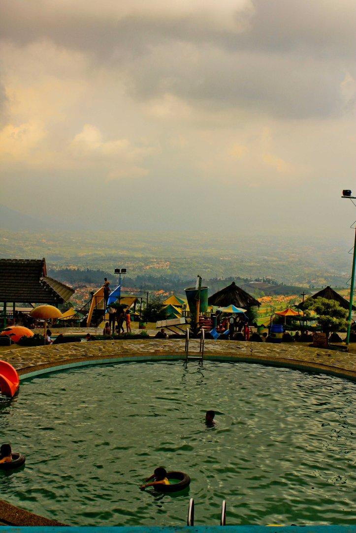 Kebanyakan yang berenang di sini keluarga dan anak-anaknya. Buat ABG kaya kita, hmmmmales:D