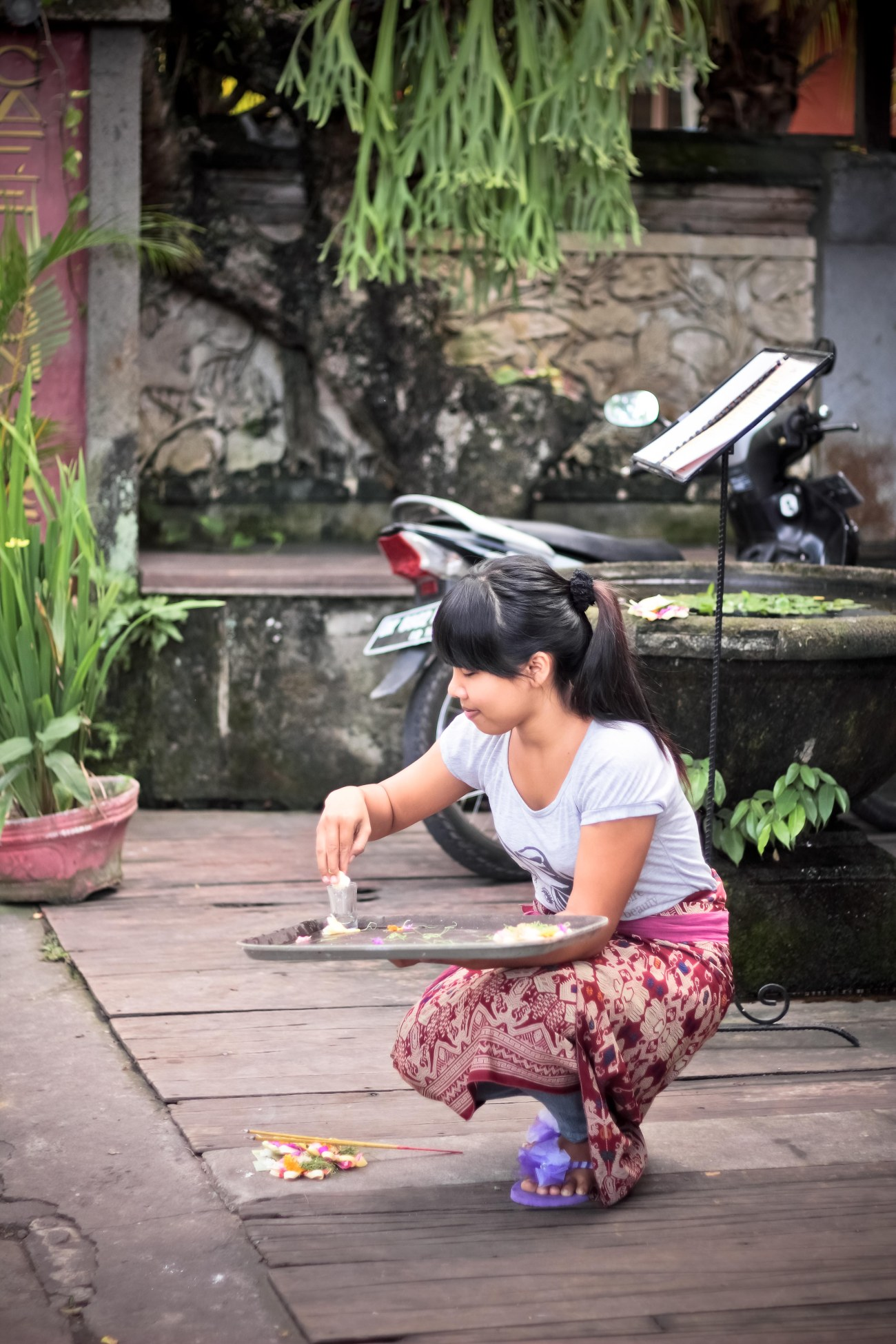 Gadis Bali sembahyang di depan Rendezvousdoux.