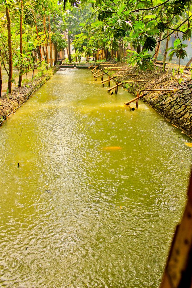 Hujan di tengah kolam akan mengingatkan para kampungers yang sudah lama tinggal di Jakarta.