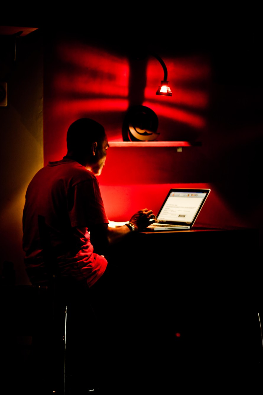 si oom ini sibuk dengan mac barunya.