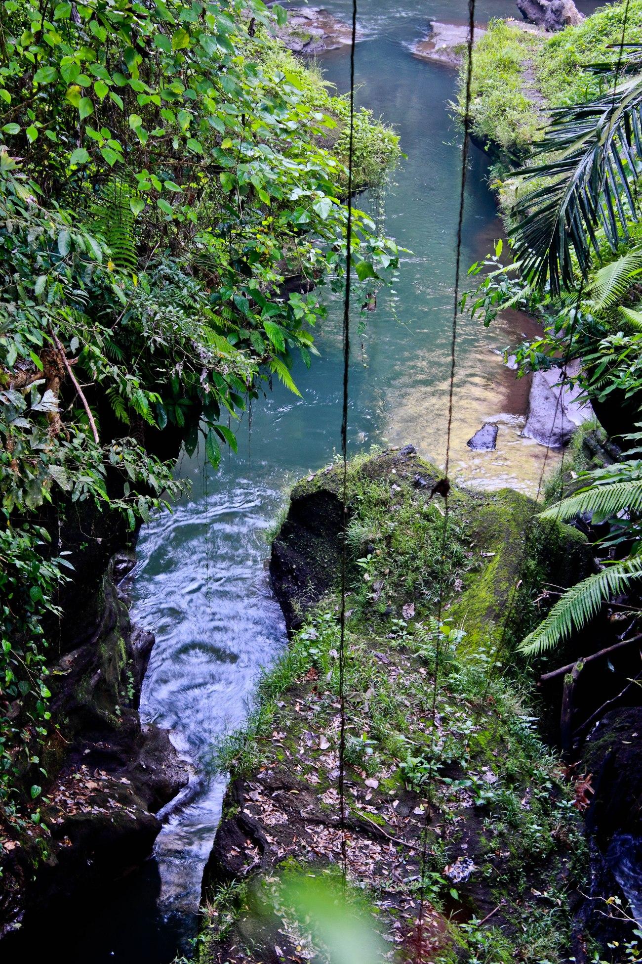 Di jam-jam tertentu kali ini digunakan untuk mandi dan nyuci. Pada jaman Bali masih perawan sekali, mungkin kita bisa melihat gadis-gadis itu mandi di sini, dan saya pun pasti akan ikut mandi. Rrrrr!