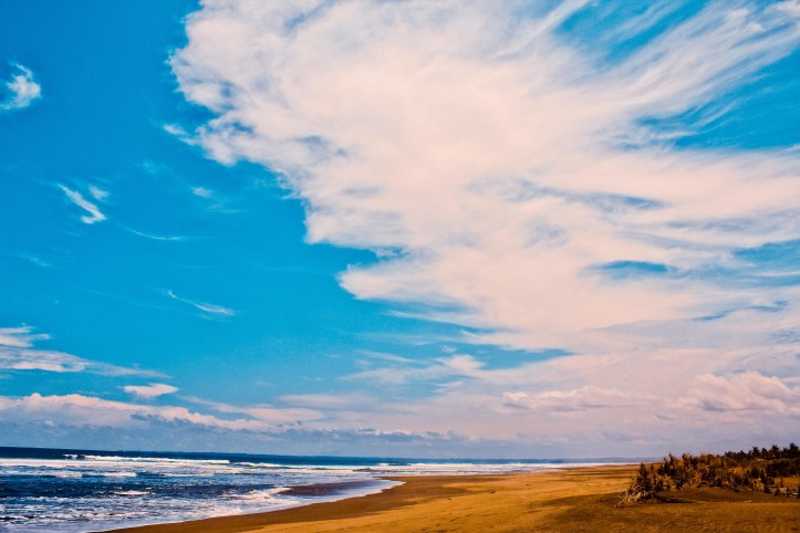 Pantai Barat ke arah sangat utara ini masih sangat sepi dan bahkan tidak ada pengunjung. Cuma ombaknya saja rada lebay.