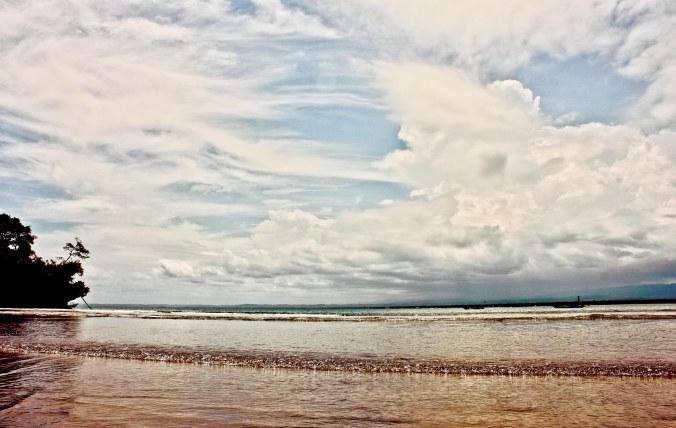 Pantai ini cukup sepi, tapi termasuk pantai cagar alam. Harusnya tidak boleh ke sini melewati pantai. Harusnya melalui Cagar Alam Pananjung.