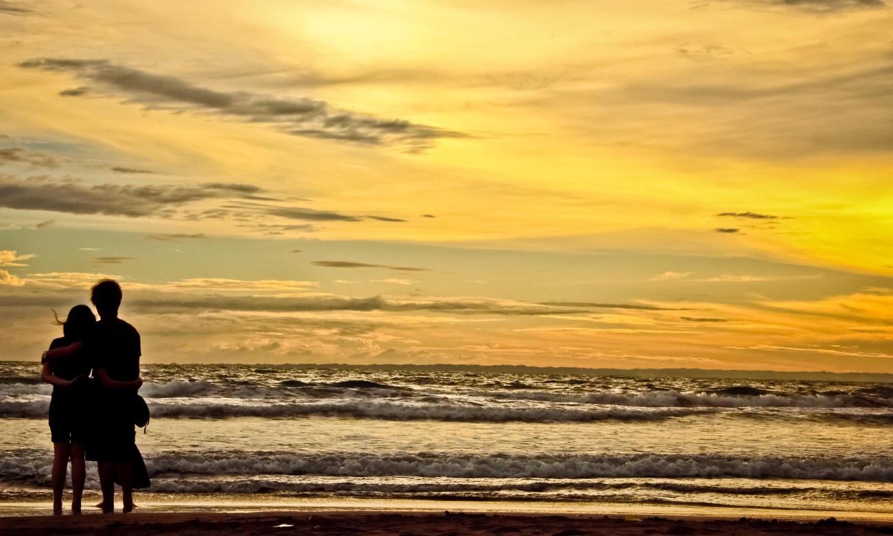 Cintaku, padamu, seluas lautan ini. Tidak akan pernah habis dijamah waktu. Sepertinya, itulah gombalan anak cowok ke anak cewek di sisi laut, dan malamnya pun mereka bercinta. Hmmm....! Seru juga ya. Ah, jadi pengen ABG lagi supaya bisa menggombal. Haaaaa?!
