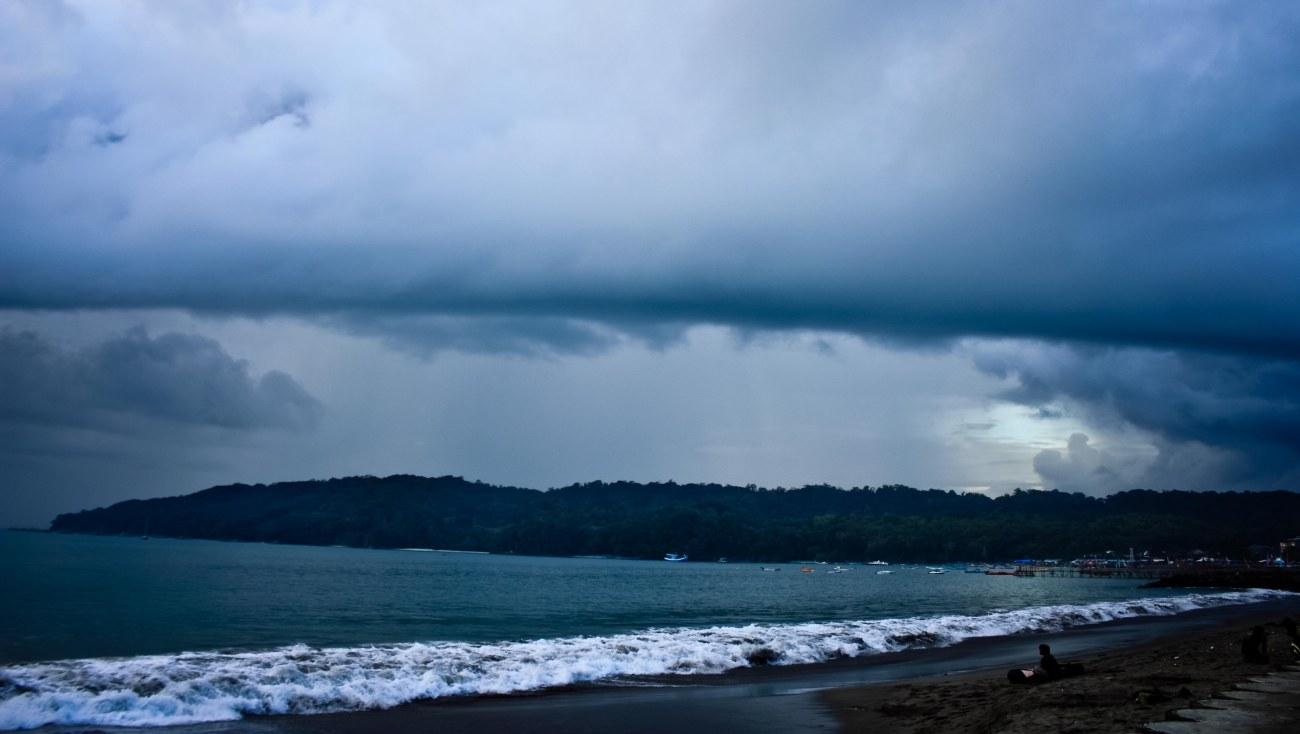Pemandangan sepanjang pantai timur ke arah Cagar Alam Pananjung. Mendung dan dingin.