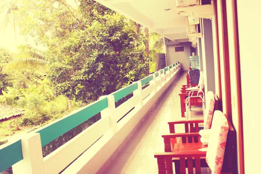 Di depan kamar disediakan kursi dan meja untuk santai.