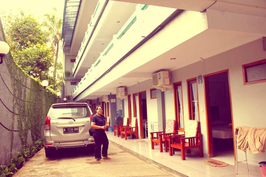 Tempat parkir tidak terlalu luas, tapi parkir bisa juga di depan hotel atau pinggir jalan.
