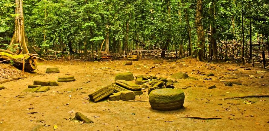 Serakan sisa Candi jaman Hindu di Hutan Pananjung. Sayang ya. Ini bener-bener dibiarkan hancur dimakan alam.