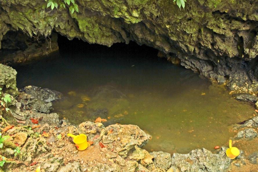 Nah ini nih sumbernya. Airnya rada wangi akar-akaran. Keluar dari gua ini. Serem juga ya kalau lagi ambil air tiba-tiba ular raksasa muncul. Hiiii!