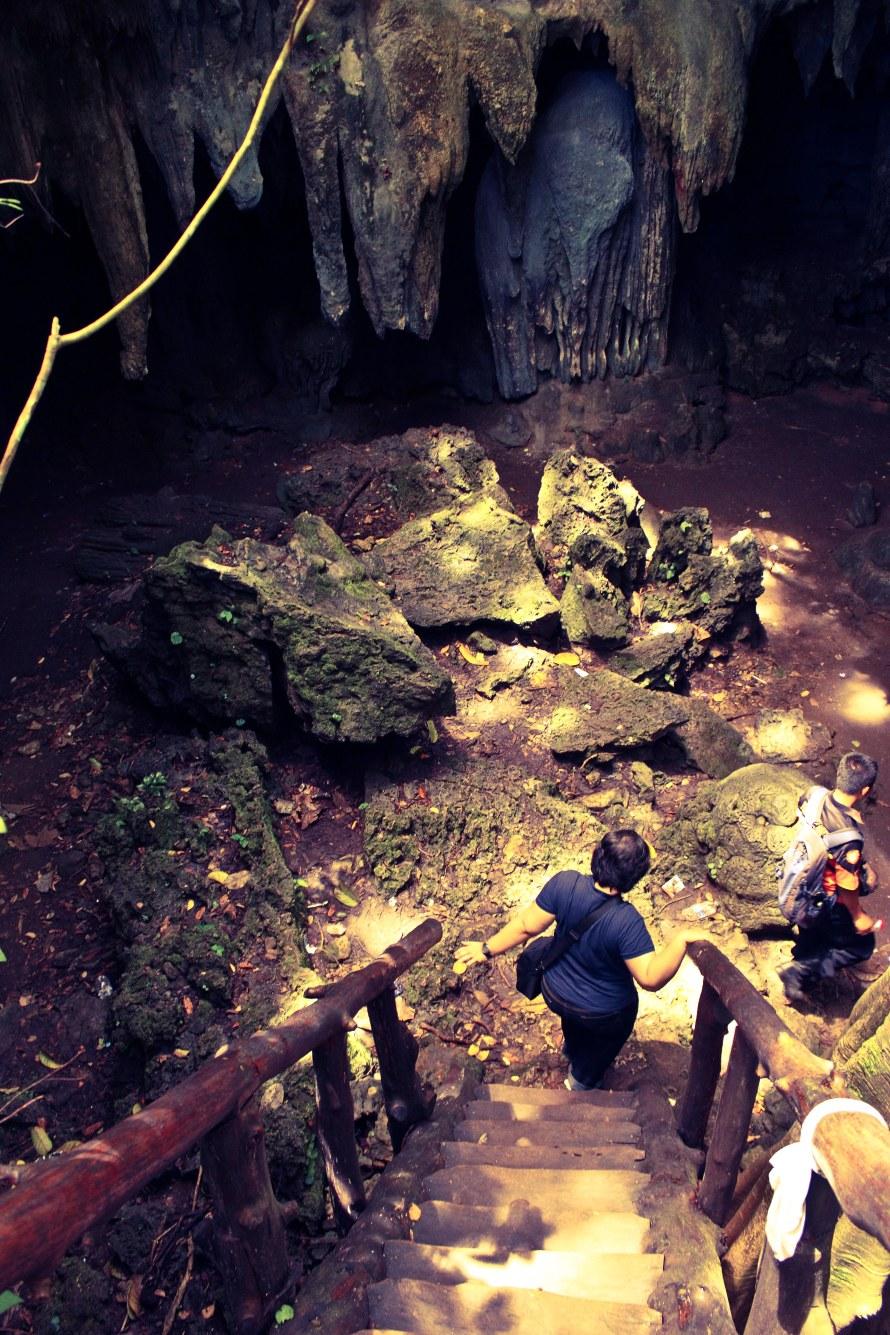 Pintu masuk berupa tangga curam menuju ke bawah Gua Lanang.