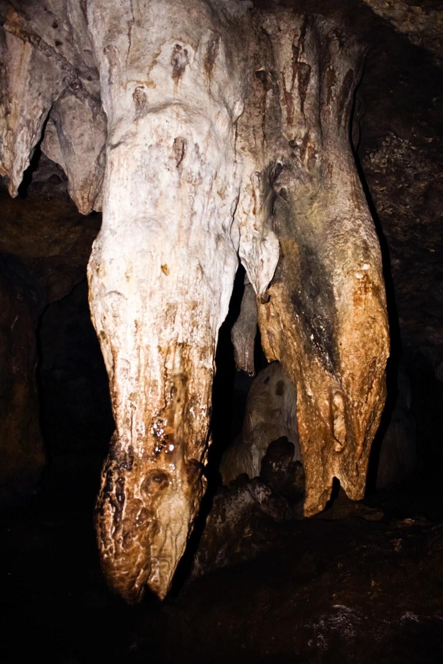 Ini stalaktit mirip penis dan vagina. Melambangkan penis raja mesir yang besar. Dan hanya dari ujung stalaktit berbentuk penis ini keluar tetesan air. Kalau meminumnya, disugestikan bisa menimbulkan kesuburan. Saya memegangnya, dengan harapan, penis saya lebih besar dari sekarang. Tentunya tidak sebesar ini juga sih. Haaaahahahhahaha!