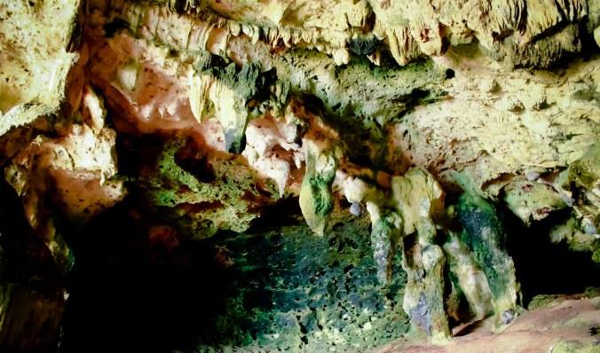 Mang Rasyid bilang, stalaktit atau stalagmit ini mirip gajah. Hmmm....! Mikir bersama yuk!