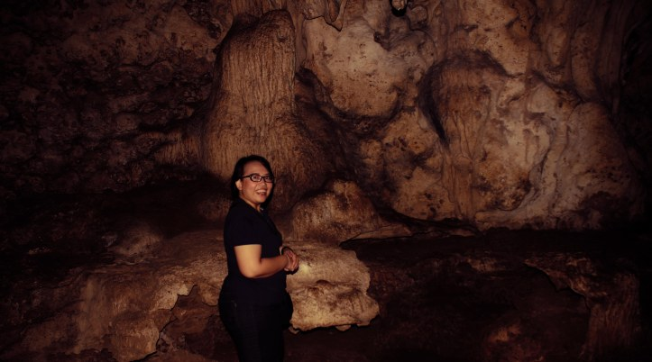 @dwiyuniartid berpose di dekat batu gua yang jika dipukul akan mengeluarkan suara GONG dan satunya lagi mengeluarkan suara gendang. Penduduk setempat menyebutnya BATU GONG dan BATU GENDANG. Bisa bermusik juga di gua ini rupanya.
