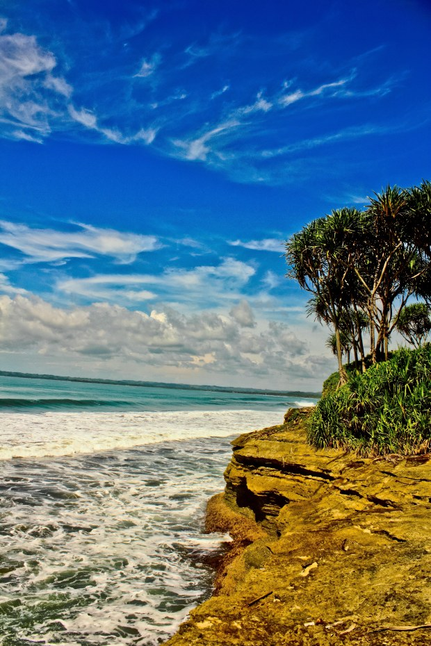Tebing karang ke arah Batu Karas. Ya nggak Uluwatu banget sih, tapi nuansanya, seolah-olahnya kan dirasa-sara mirip sah-sah saja ya:p.
