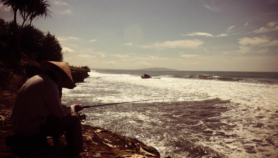 Pemancing terkantuk-kantuk menunggu ikan tertipu.