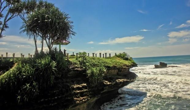 Ujung bukit karang ke arah Pangandaran. Tempat matahari terbit. Pilihannya kalau tidak pagi, ya sore-sore duduk di sini ya.