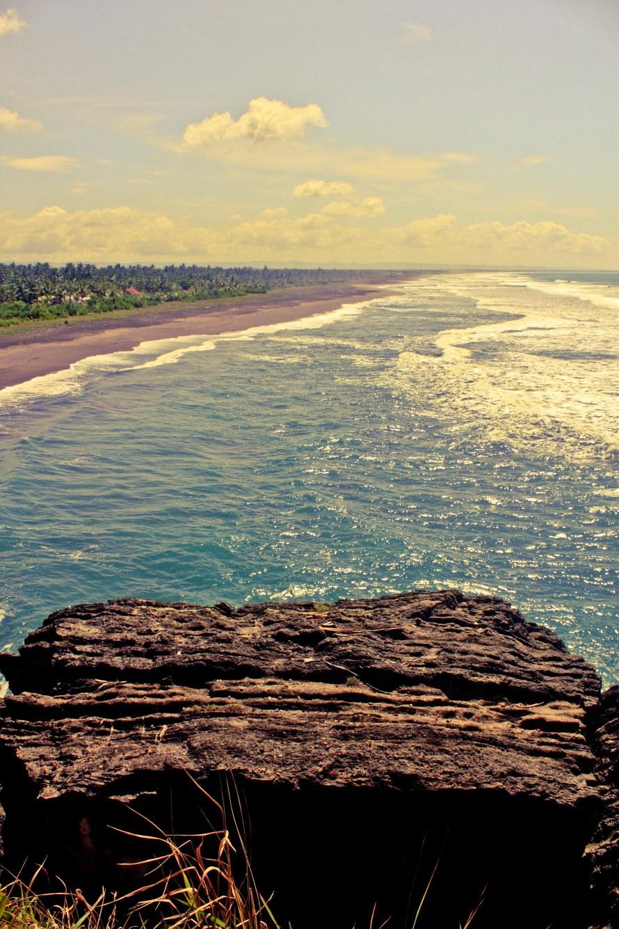 Bukit Batu Hiu memang terbuat dari batu karang. Sebagian ada yang terlepas dari bukit Batu Hiu.