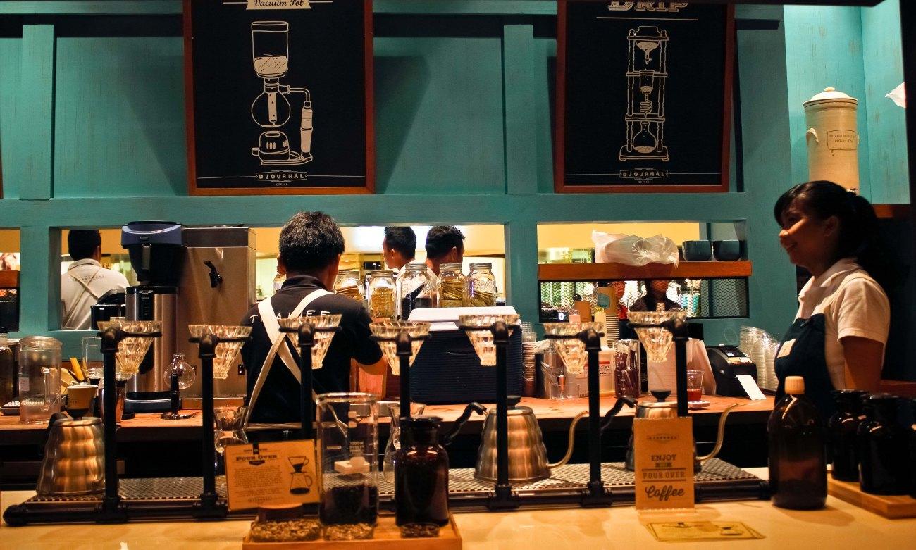 jarang yang pesan kopi hitam, jadi buat penyuka kopi hitam, kalian bisa bebas duduk melihat prosesnya.