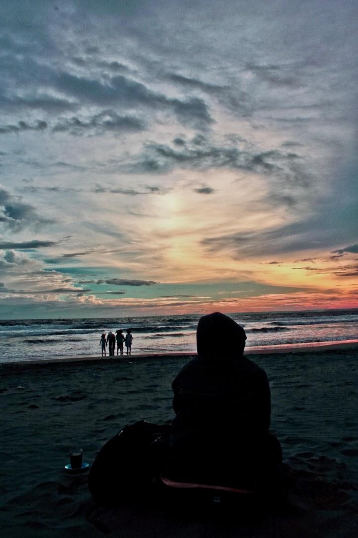 @dwiyuniartid menunggu dengan sabar adegan matahari memuncratkan darah segarnya ke seluruh langit dan lautan. Bertemankan segelas kopi bencong, tentunya.