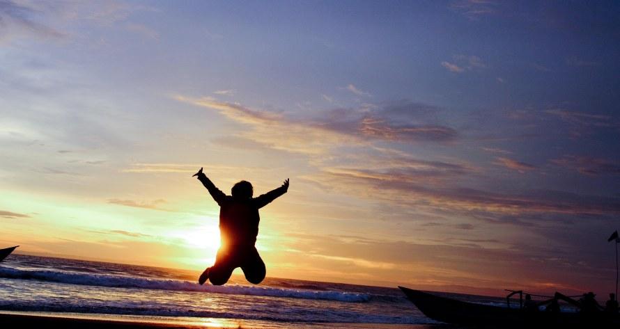 """Katanya, """"Horeee! Aku bisa terbang!"""" Tidak lama kemudian dia jatuh kembali ke atas pasir. Ndut, tanganmu bukan sayap dan tubuhmu terlalu berat untuk diterbang. Hahahaha! Peace....!"""