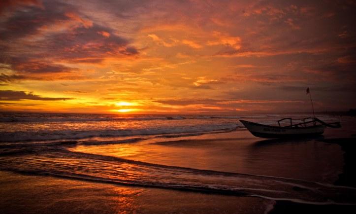 Arus lautan pun menjadi galau. Antara ingin menyampaikan pesan kepada pepasiran atau bertemu arus-arus kecil lainnya. Sementara, perahu masih bisu, diam dan menunggu siapa pun yang ingin melaut, mendekat lebih ke senja, matahari, yang akan larut seolah di air lautan.