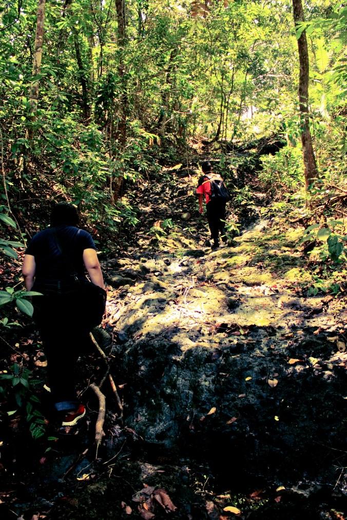 Merangkak menanjak melewati jalur sungai kering di musim kemarau. Kalau musim hujan, jalur ini berubah jadi air terjun kecil.