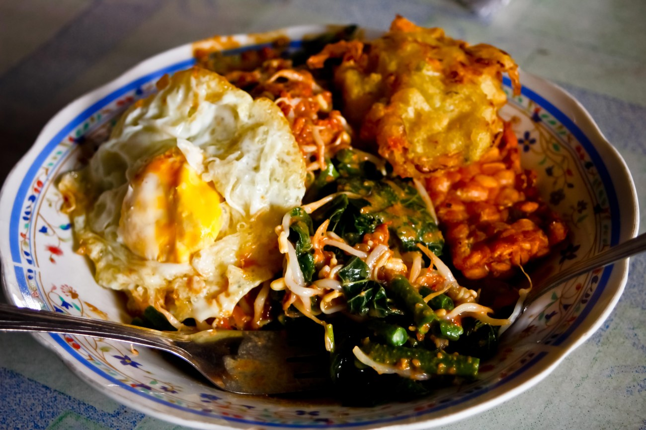 Nasi Pecel Bu Sumo. Katanya lumayan terkenal di Semarang.