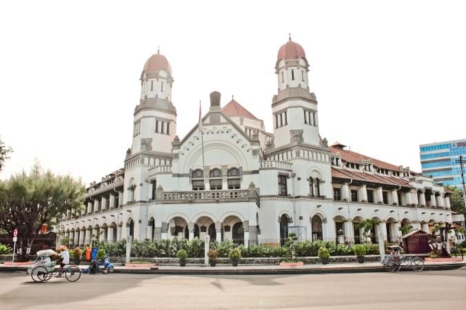 Lawang Sewu, gedung di Semarang, Jawa Tengah. Kantor dari Nederlands-Indische Spoorweg Maatschappij atau NIS. Dibangun pada tahun 1904 dan selesai pada tahun 1907. (Baca sejarah Semarang dan Belanda kalau mau lebih tahu detailnya)