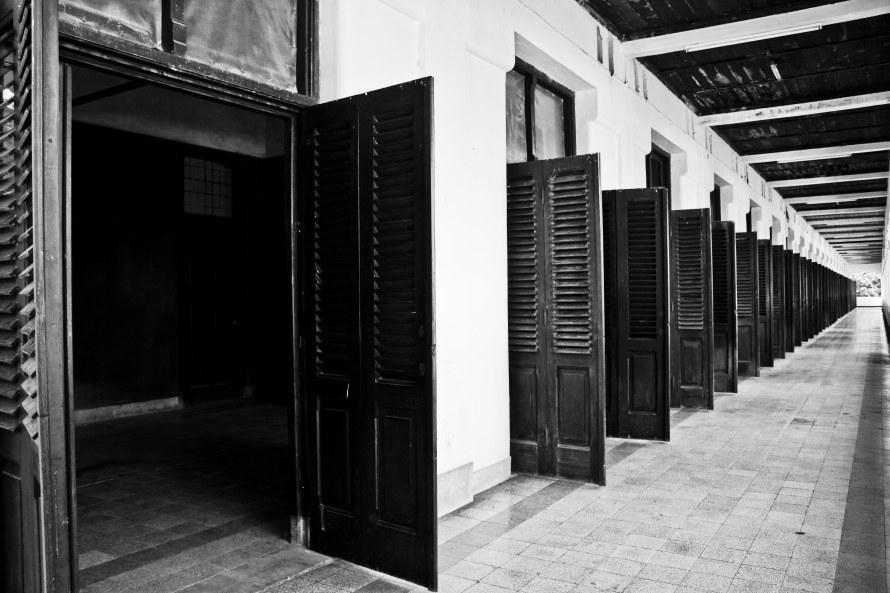 Fungsi pintu banyak ini untuk membuat angin keluar masuk dan membuat ruangan jadi sejuk di tengah kota Semarang yang super panas.
