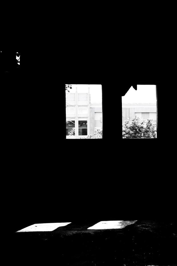 Mengintip dari balik jendela.