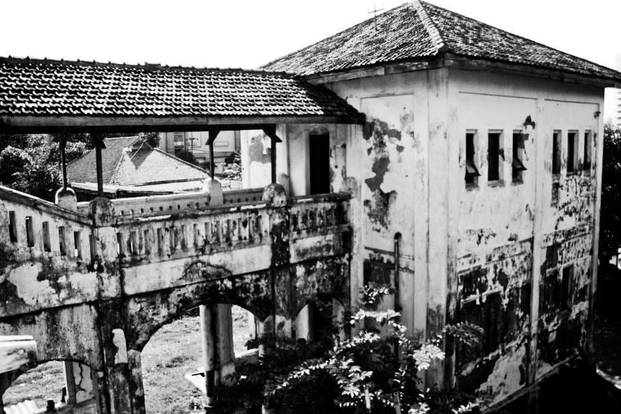 Kasihan Lawang Sewu ini. Banyak orang memuji wisata bangunan tua, bagi saya, ini biasa saja dan kasihan bangunannya bulukan. Pemerintahan Indonesia di semua daerah sama saja. Busuk!