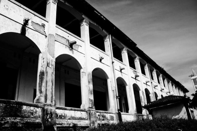 Bangunan kecil itu katanya penjara. Penuh sampah, bau sampah, penuh rumput liar dan you knowlah Indonesia...*nyinyir*