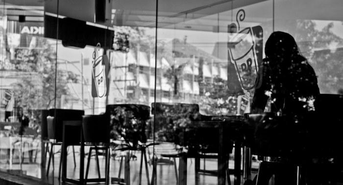 Sesosok perempuan. Sisi cafe jalan Pemuda, Semarang.