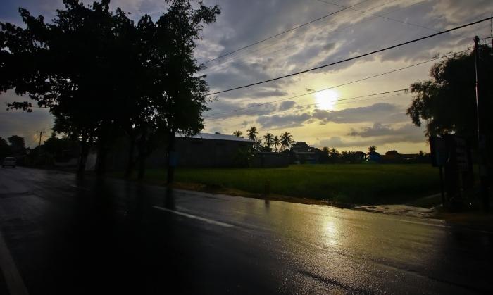 3. Saya pergi makan dulu di Ayam Taliwang, dan hujan deras, tapi mataharinya nyentrong. Kayanya bakalan ada sunset. Yuk! Ke pantai lagi.