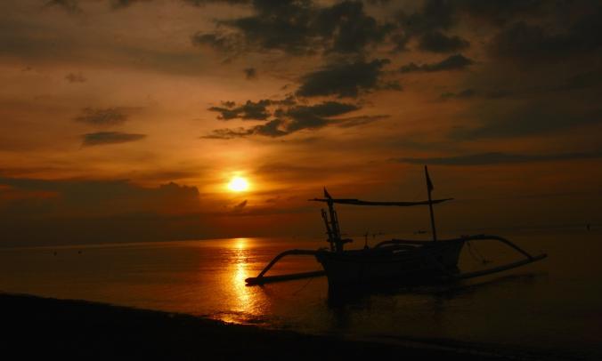 4. Horeee! Yuk nonton sunset. Mataharinya siap menanak senja.