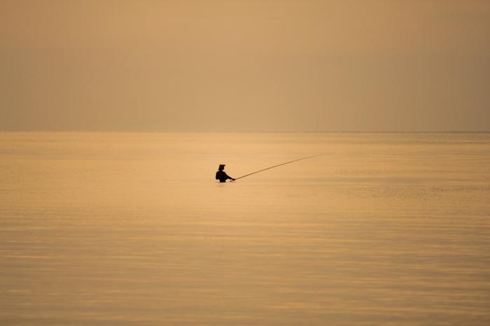 8. Ini yang hebat. Para pemancing yang berada di tengah laut, namun tingginya hanya sedada dan tanpa ombak pula. Siapa mau nyebur di sini. Yuk!