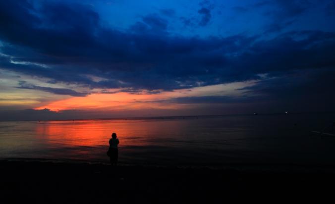 9. Yahhhh! Beneran kan sunsetnya gagal. Awannya terlalu tebal. Akhirnya duduk-duduk di pasir sambil melihat bule berbikini berenang. Fotonya nggak di-upload ya. Dosa:p
