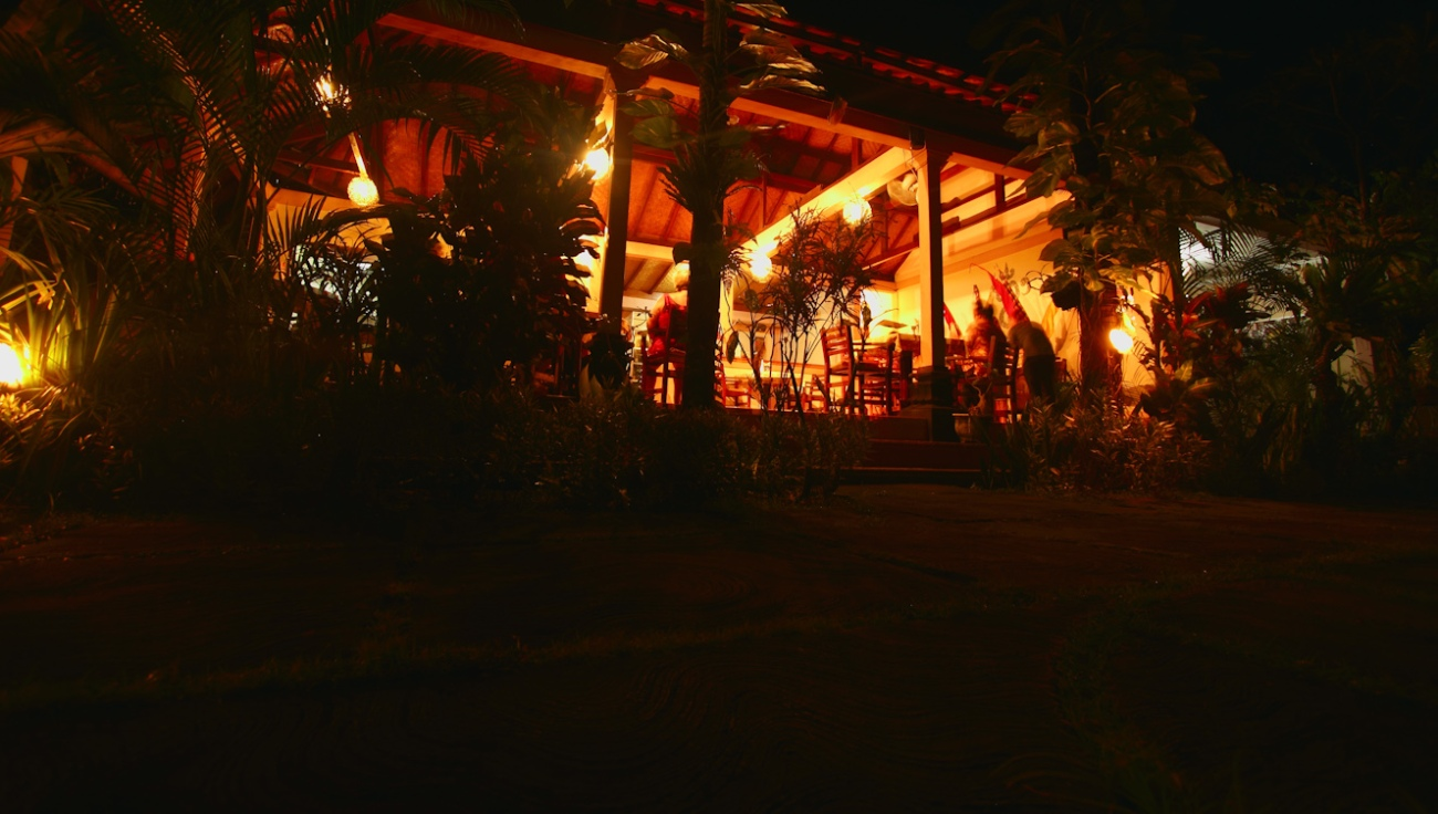 Suasana hangat restoran di depan teras.