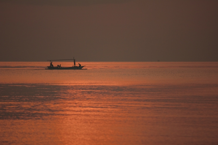 7. Nelayan siap-siap mencari ikan.