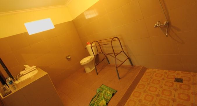 Kamar mandinya bisa buat mandi berenam nih. Siapa aja yang mau mandi bareng. Ngeks!