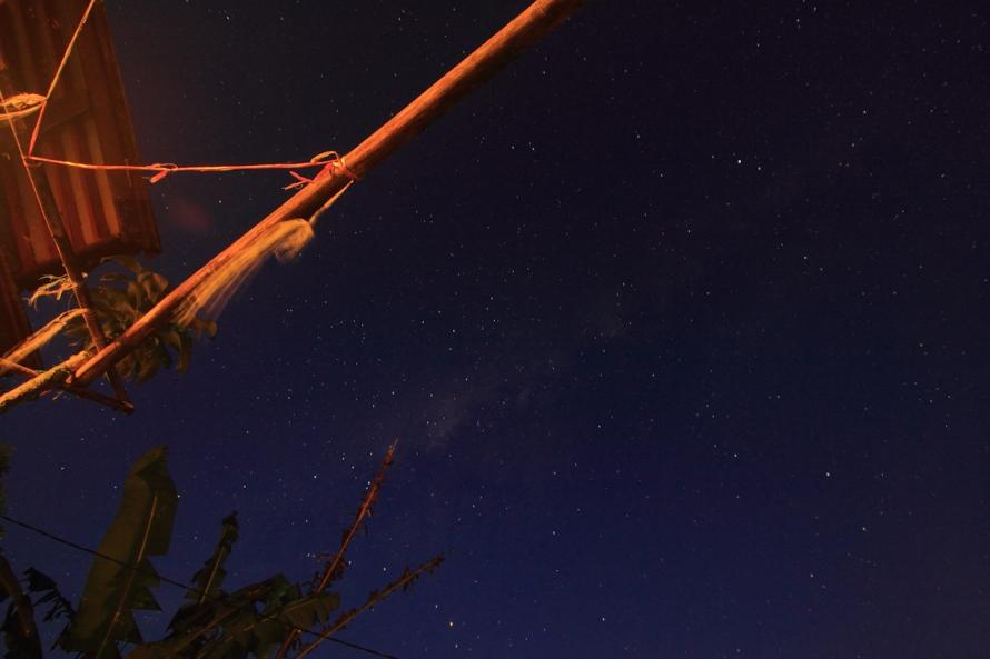 Bintang di atap rumah. Nyaris mendapatkan Milky Way. Sayang bangunnya kesiangan. Tapi ini lumayanlahyah:p