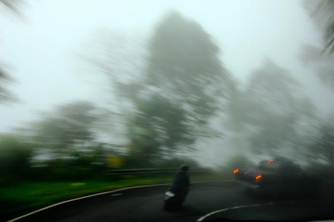 Ngebut di jalanan berkabut itu sensasi seru sambil membuka jendela dan membiarkan kabut masuk. Hmmm...! SURGA!