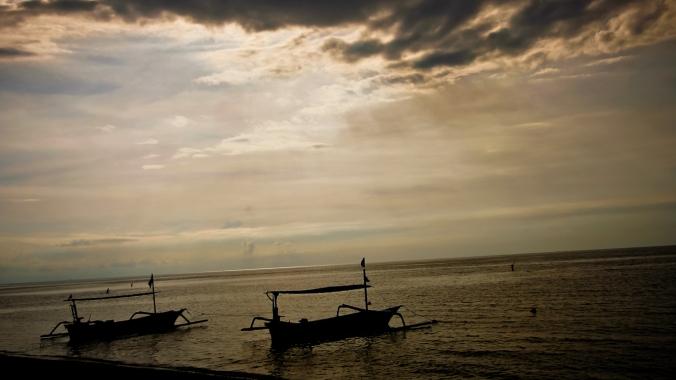Penampakan lautan Lovina di jam empat sore. Mendung dan sepertinya tidak ada SUNSET.