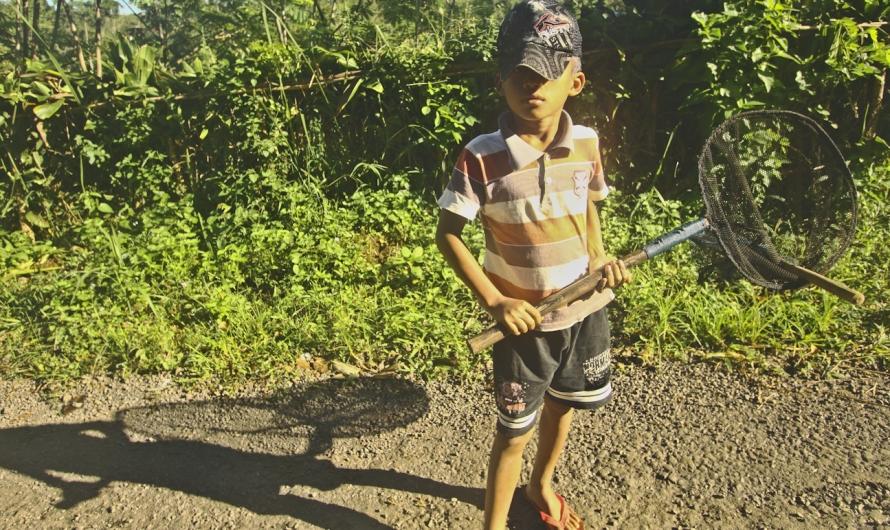 2. Karena pemuda setempat sibuk, saya mengajak relawan anak kecil dan satu pemuda yang sudah terbiasa belusukan ke hutan.