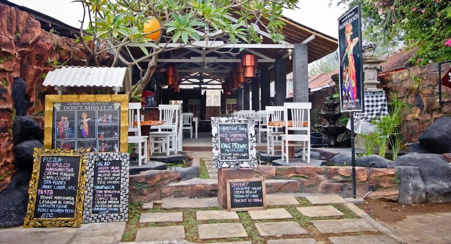 Rata-rata penginapan di Lovina itu memiliki restoran tersendiri dan hiburan sendiri. Di resto da penginapan ini, setiap jam 7 malam ada tarian khas Bali.