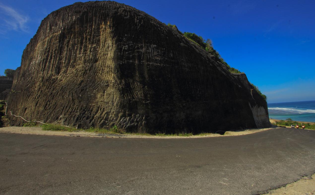 bukit ditatah demi menikmati pantai perawan.