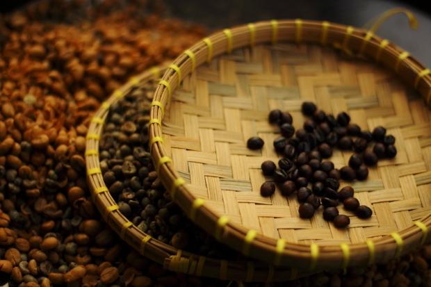 Selanjutnya biji kopi disangrai sampai keluar aroma wanginya. Kalau ini sih feeling saja. Begitu kata nenek ketika ia masih hidup.