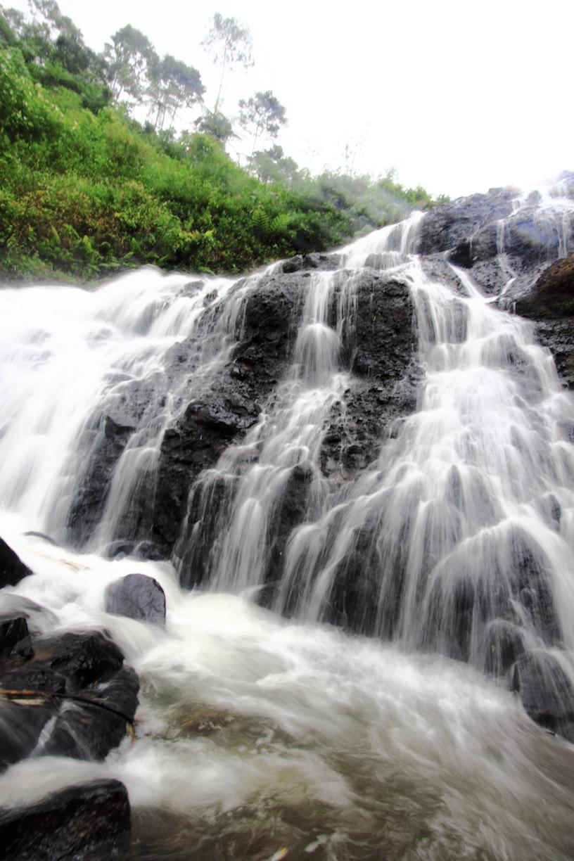 air terjunnya mengalir di permukaan batu.