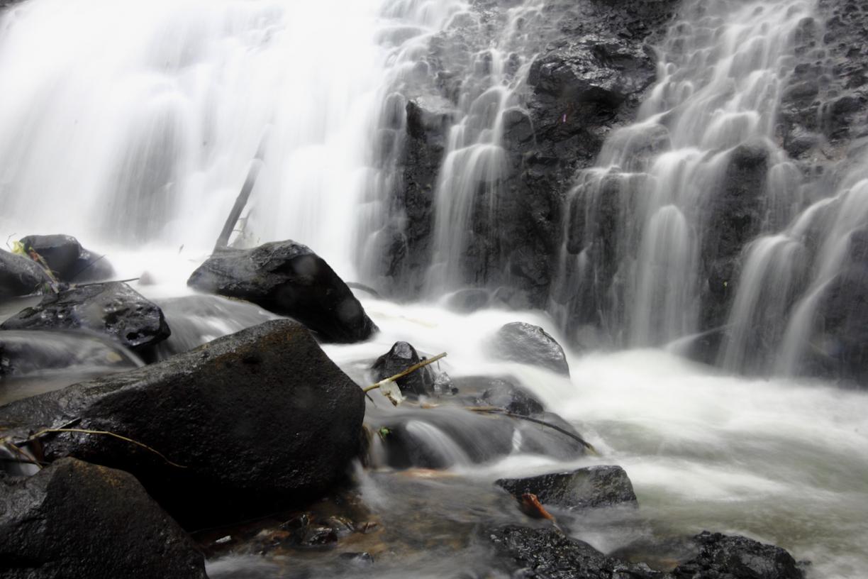 ceruknya pun tidak terlalu dalam. karena airnya merambat, bukan jatuh seperti air terjun pada umumnya.