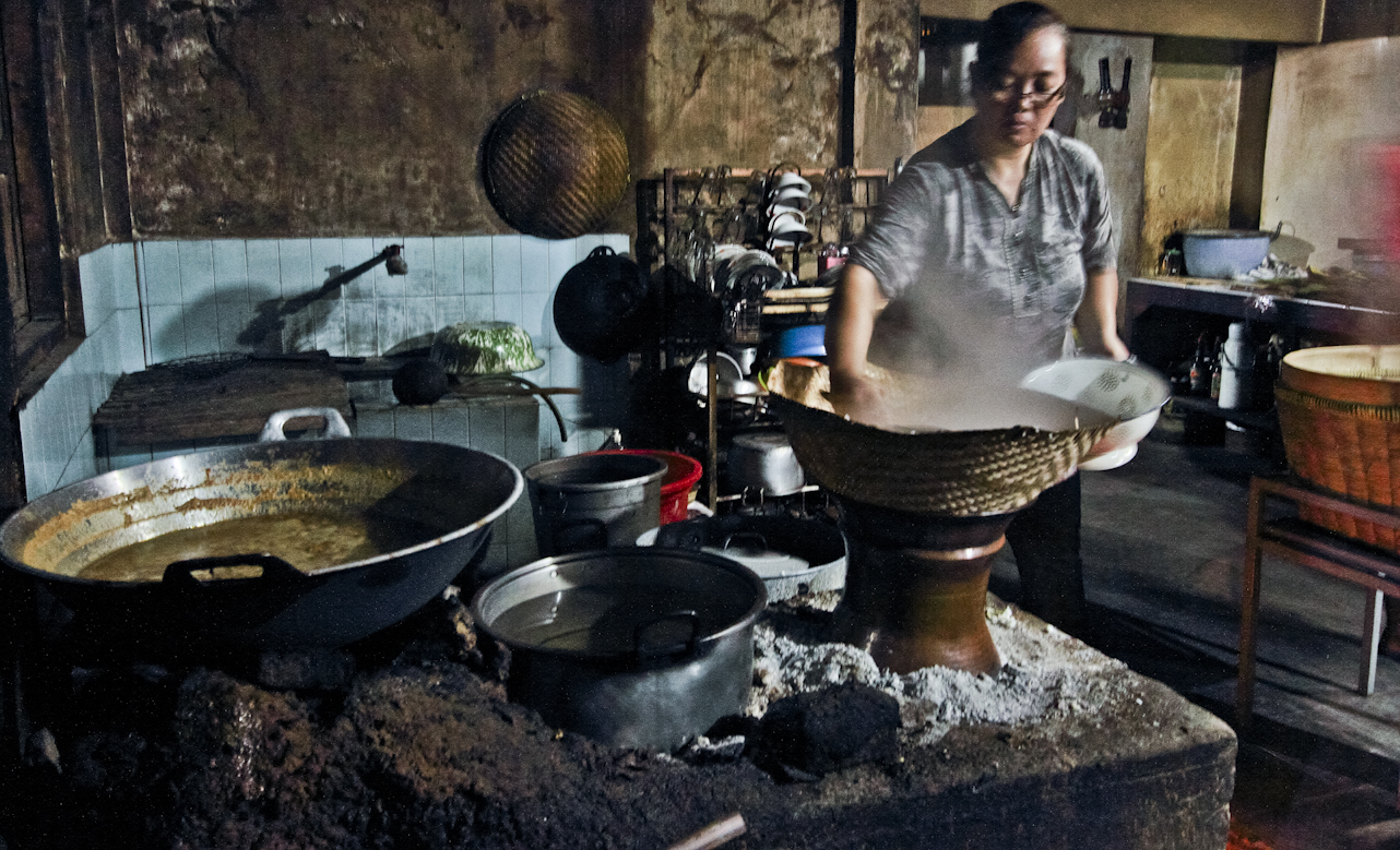 Si ibu sibuk menanak nasi.